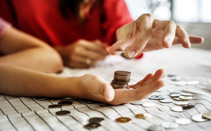 czym się różni odkładanie a czym inwestowanie